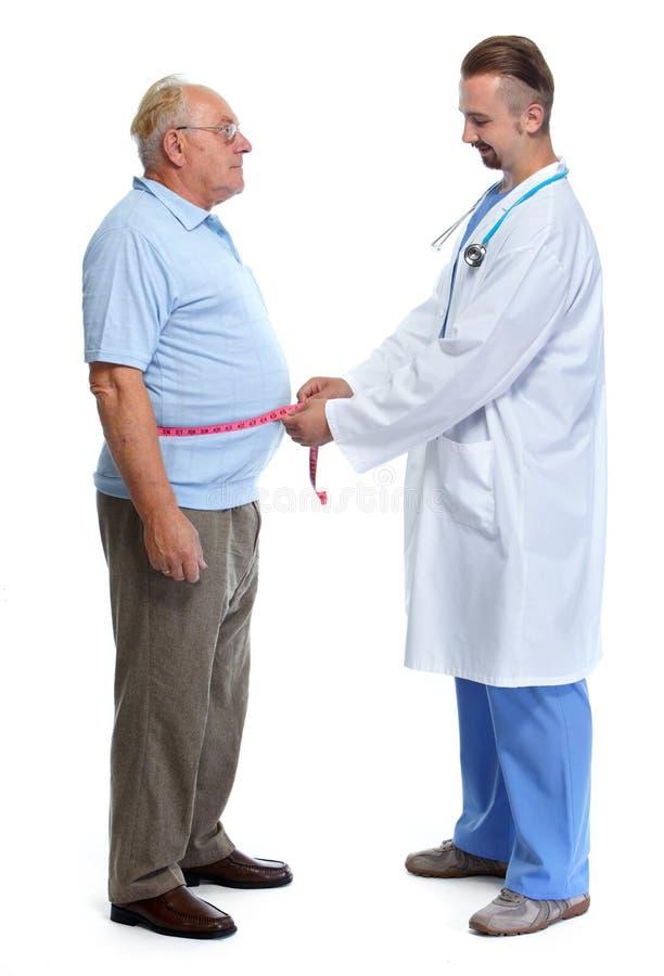 Doutor que mede a gordura corporal obeso do homem fotos de stock