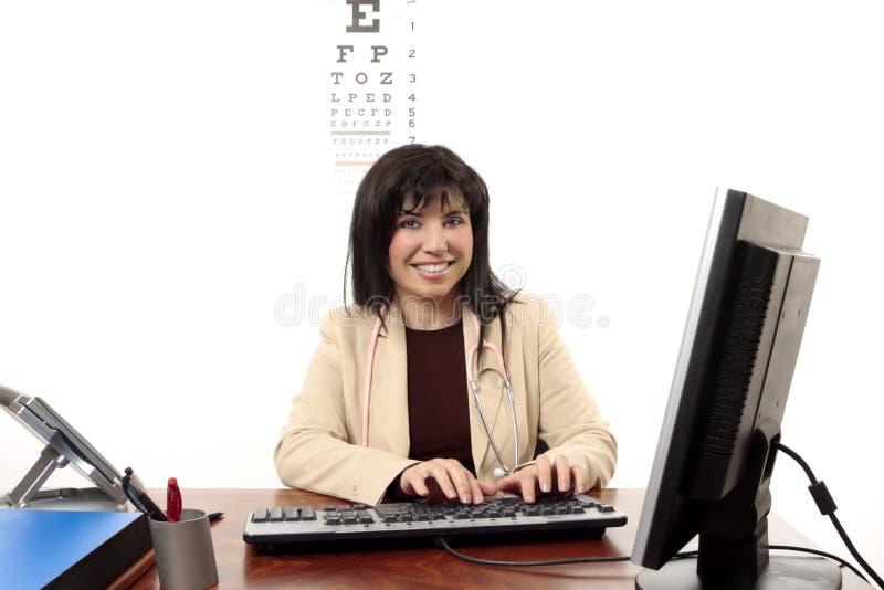 Doutor que senta-se na mesa de escritório imagem de stock royalty free