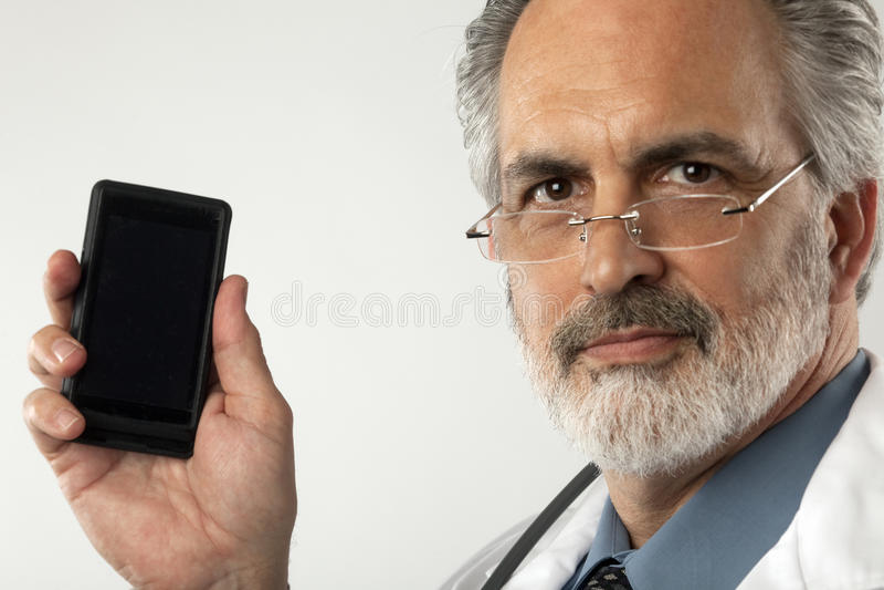 Doutor que sustenta o telefone de pilha foto de stock royalty free