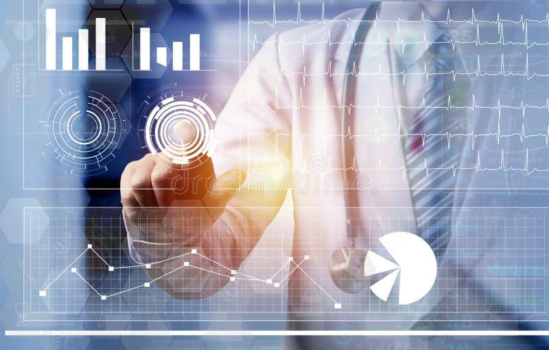 Doutor que toca no tela de computador do scre futurista da tecnologia imagens de stock