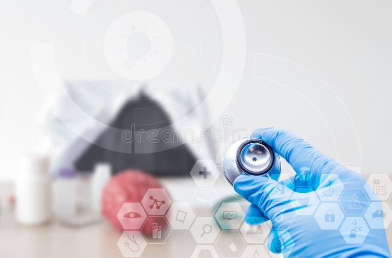 Doutor que usa o estetoscópio para a tecnologia profissional médica ilustração stock