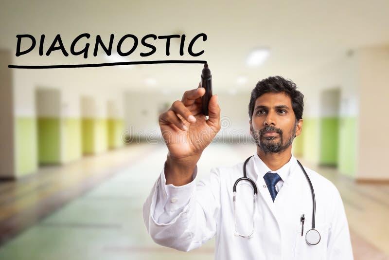 Doutor que usa o marcador para sublinhar diagnóstico fotografia de stock