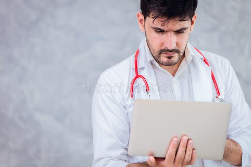 Doutor que usa a tecnologia do portátil dos cuidados médicos imagens de stock