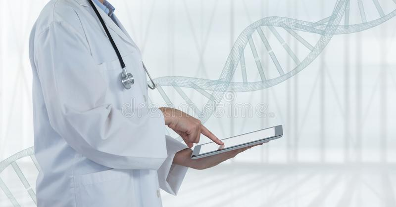 Doutor que usa uma tabuleta com costa do ADN fotografia de stock
