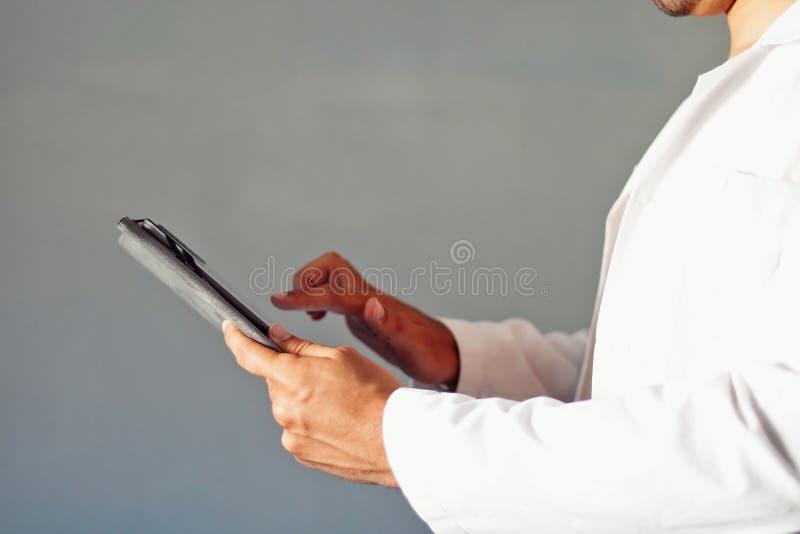 Doutor que usa uma tabuleta foto de stock