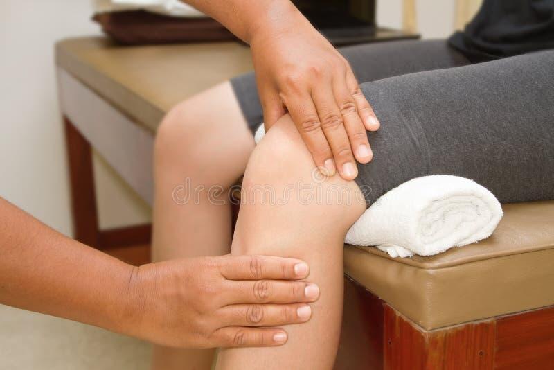 Doutor que verifica a articulação do joelho imagem de stock