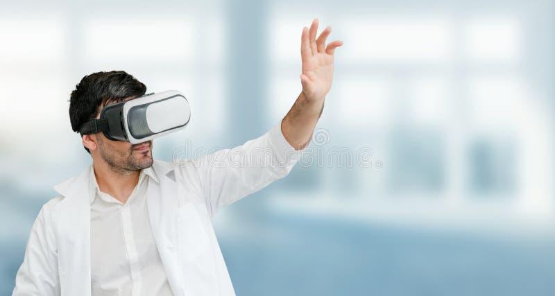 Doutor que veste óculos de proteção da realidade virtual de VR imagem de stock