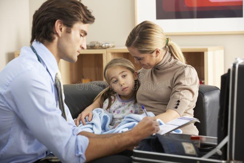 Doutor que visita a criança e a mãe doentes em casa imagem de stock
