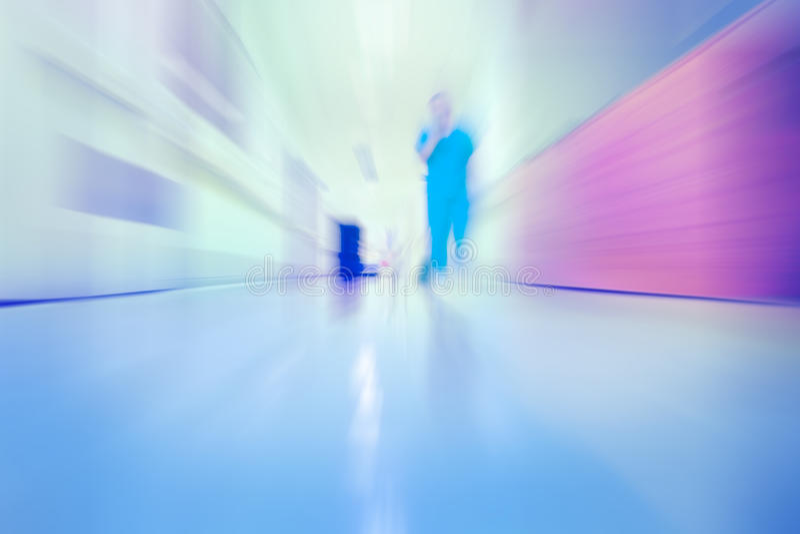 Doutor running no corredor do hospital, fundo unfocused imagem de stock royalty free