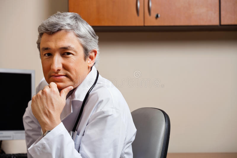 Doutor sério With Hand On Chin fotos de stock royalty free