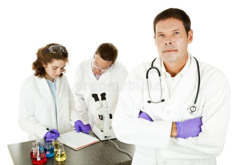 Doutor sério no laboratório foto de stock