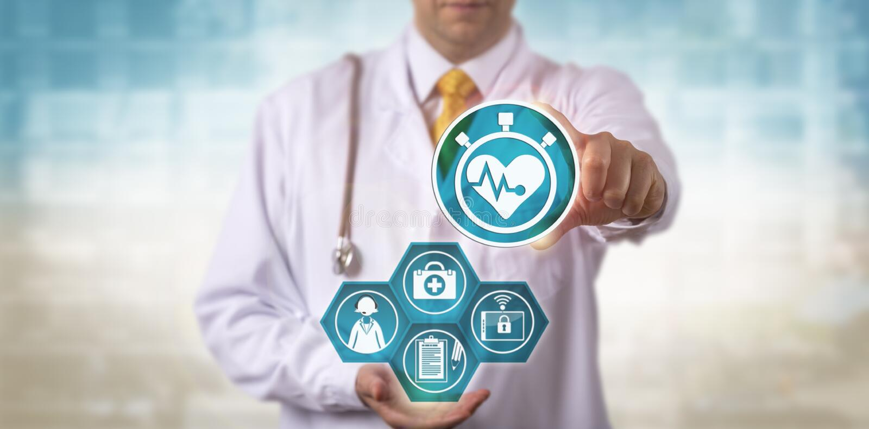 Doutor Showing Cardiology App ao paciente remoto imagens de stock royalty free