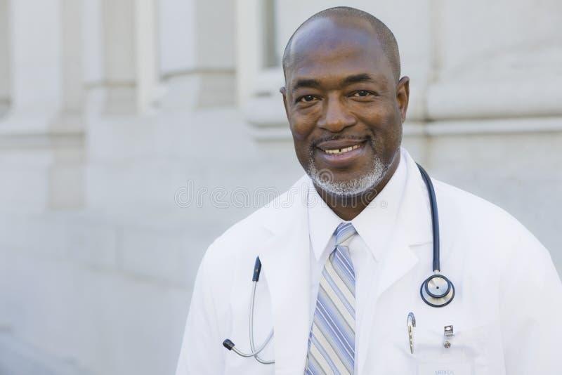 Doutor Smiling Câmera imagens de stock