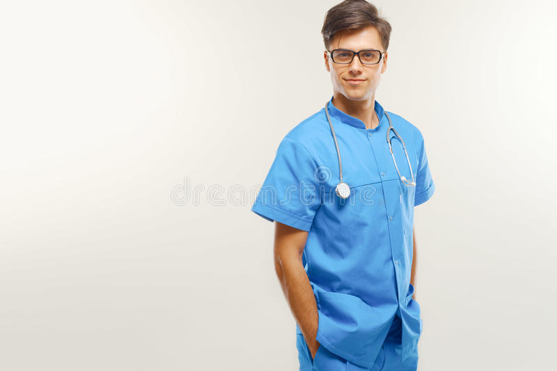 Doutor With Stethoscope Around seu pescoço contra Grey Background imagens de stock royalty free