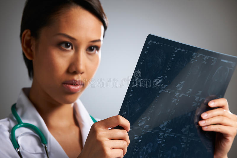 Doutor Studying Medical Scans fotografia de stock royalty free
