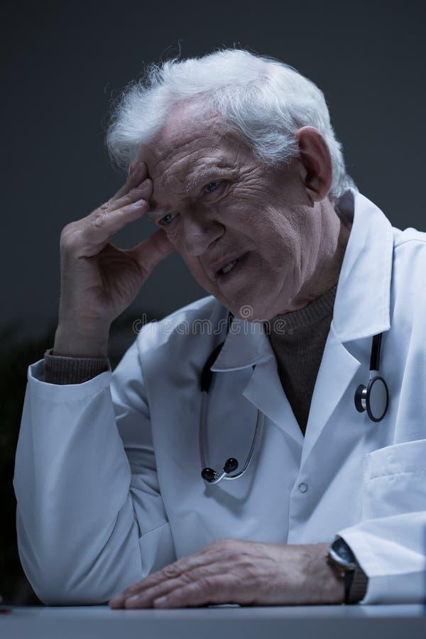 Doutor superior incomodado imagens de stock