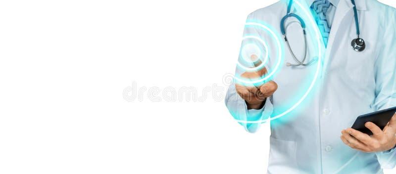 Doutor With Tablet Pointing Tecnologia moderna no conceito dos cuidados médicos e da medicina isolado fotos de stock royalty free