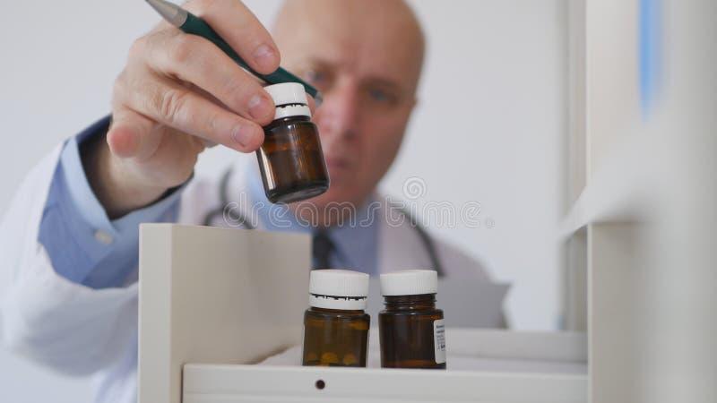 Doutor Taking um medicamento do armário médico na sala de hospital fotos de stock royalty free