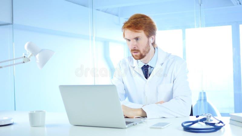 Doutor Talking com paciente, bate-papo video em linha no portátil fotos de stock