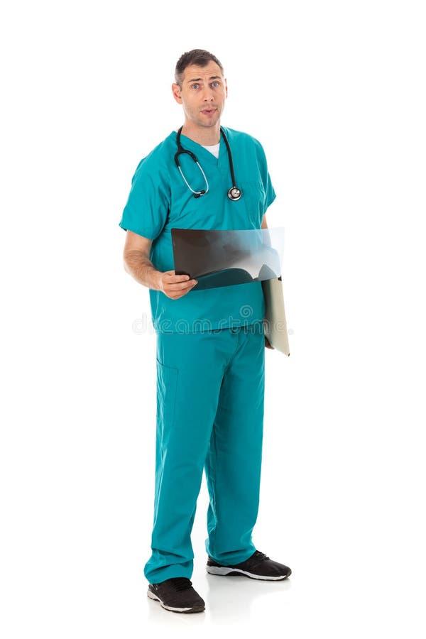 Doutor: Verificando para fora resultados do raio X de um paciente foto de stock royalty free