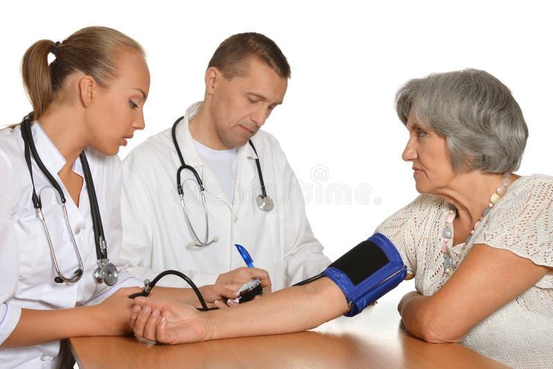 Doutor visitting da mulher adulta foto de stock