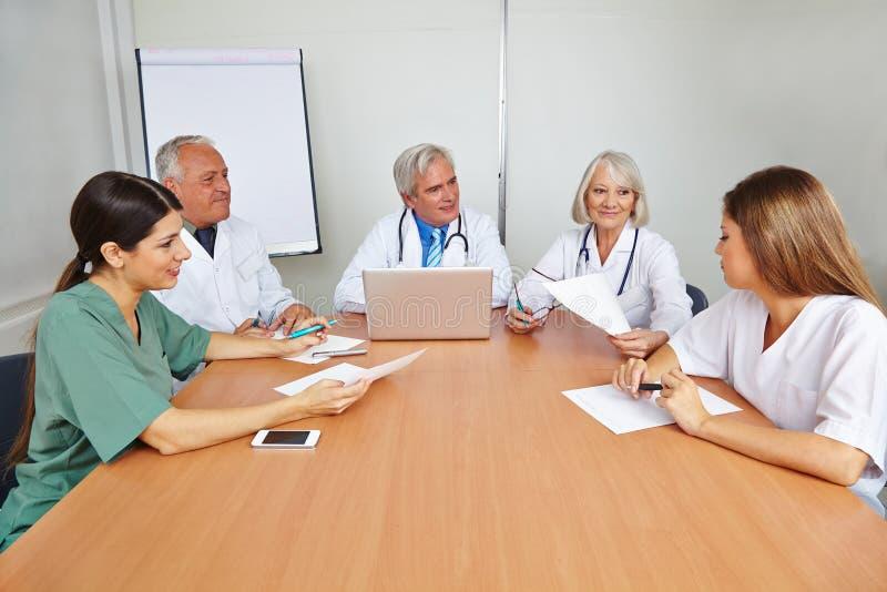 Doutores com o candidato na entrevista de trabalho fotos de stock