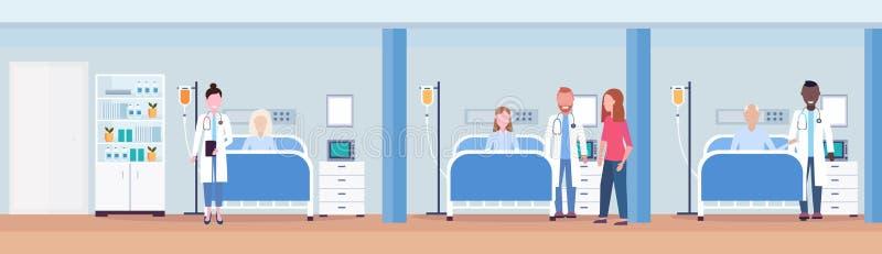Doutores da raça da mistura que visitam os pacientes que encontram-se em moderno interior intensivo da sala de hospital do concei ilustração stock