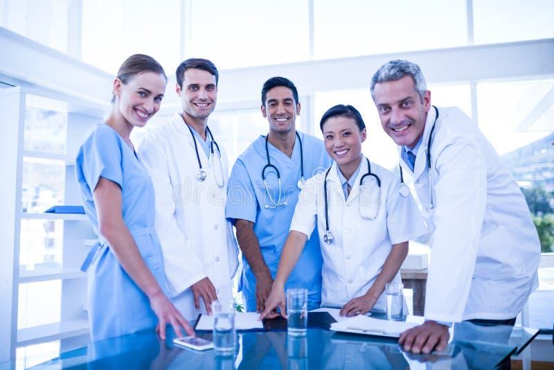 Doutores e enfermeiras que sorriem na câmera fotos de stock royalty free