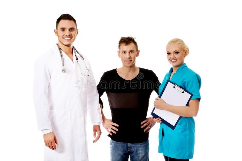 Doutores e paciente fêmeas e masculinos imagens de stock royalty free