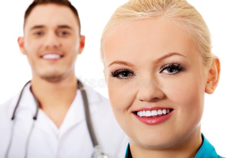 Doutores fêmeas do sorriso e masculinos novos imagem de stock royalty free