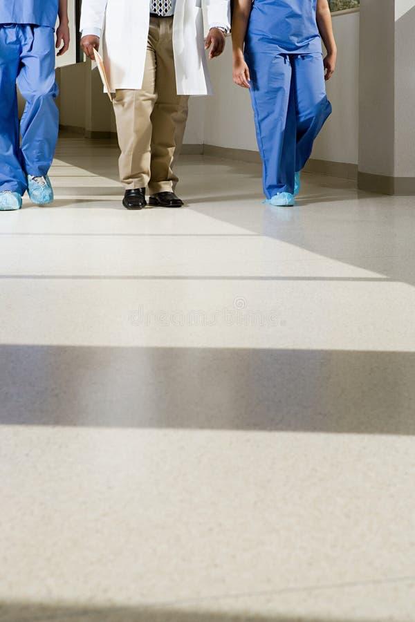Doutores que andam abaixo do corredor fotografia de stock