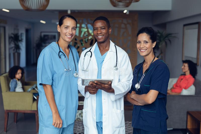 Doutores que discutem sobre a tabuleta digital no hospital imagens de stock royalty free
