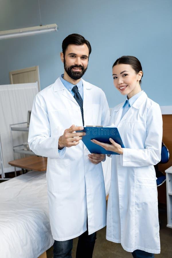 Doutores que guardam o diagnóstico fotografia de stock