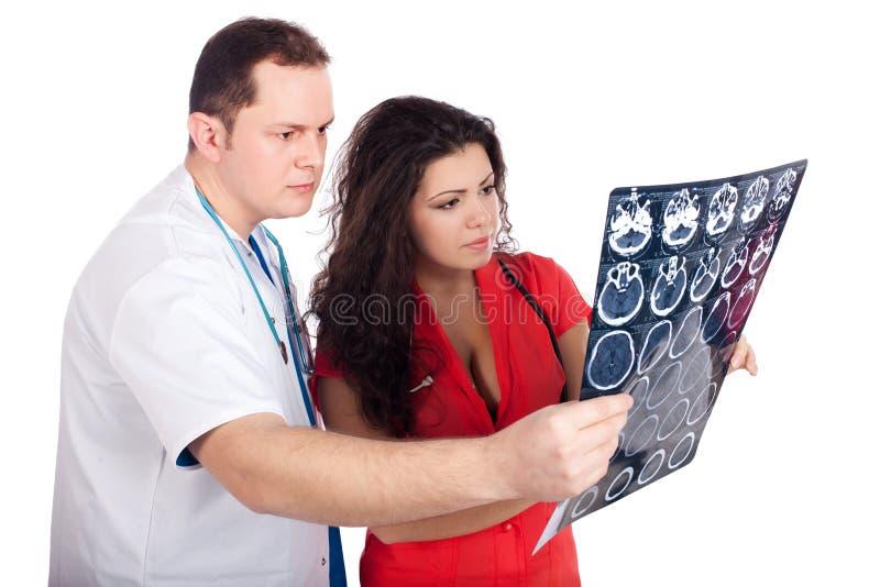 Doutores que interpretam o tomography computado (CT) imagens de stock