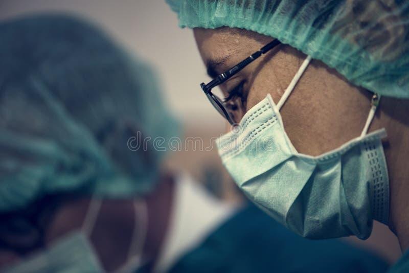 Doutores que preparam-se para uma operação imagem de stock