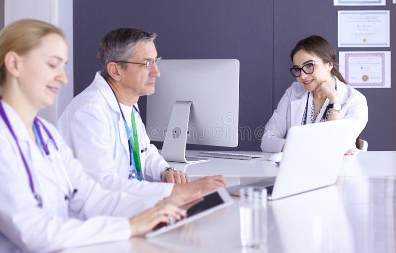 Doutores que têm uma discussão médica em uma sala de reunião imagem de stock