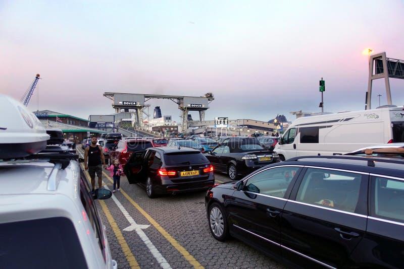 Douvres, Angleterre - 27 juillet 2018 : Voitures et fourgons au port de ferry dans le début de la matinée, attendant pour monter  photos libres de droits