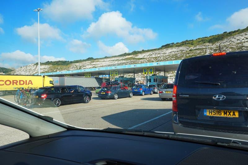 DOUVRES, KENT, ANGLETERRE, LE 10 AOÛT 2016 : Voitures de vacanciers s'alignant au contrôle dedans pour le ferry à travers la Manc photo libre de droits