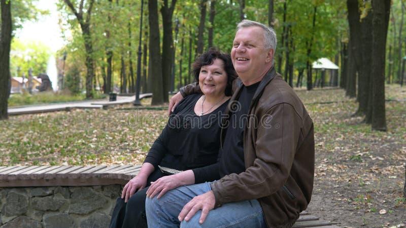 Doux couple senior se reposant dans le parc d'automne Concept de style de vie supérieur image libre de droits