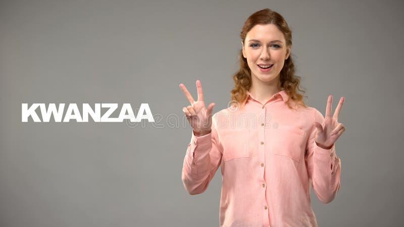 Dove dame die kwanzaa in gebarentaal, tekst op achtergrond, mededeling zeggen royalty-vrije stock afbeelding