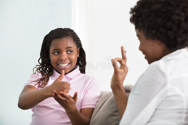 Dove Moeder het Spreken Gebarentaal met Haar Dochter stock foto