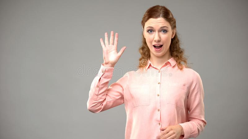 Dove vrouw die, asl leraars gesturing woorden in gebarentaal, leerprogramma tot ziens zeggen stock foto's