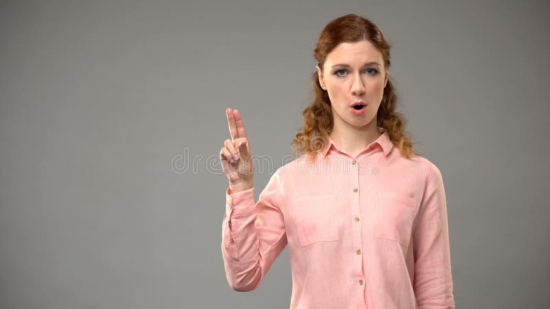 Dove vrouw die nr in gebarentaal, leraar zeggen die woorden in asl, leerprogramma tonen royalty-vrije stock fotografie