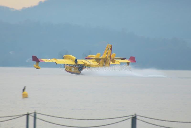 Dovende brand met Canadair royalty-vrije stock afbeeldingen