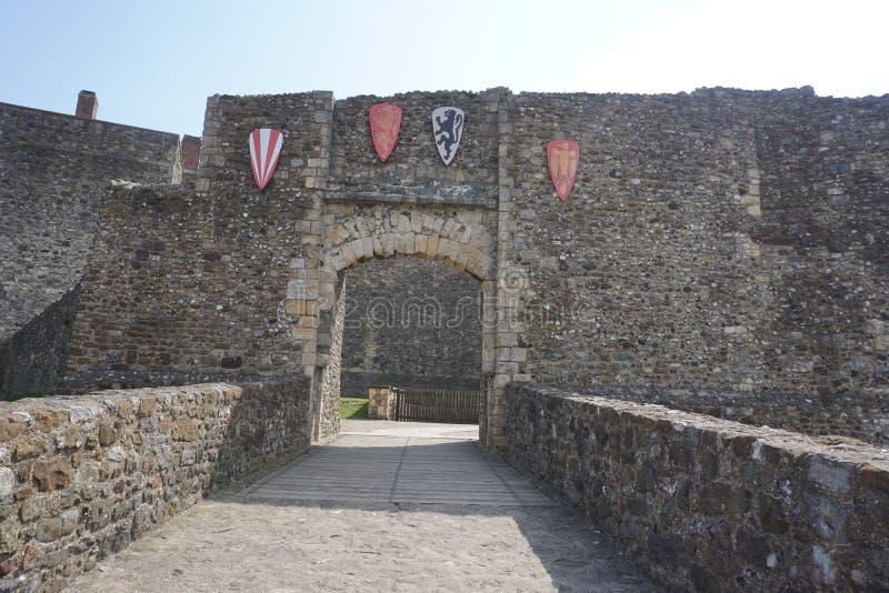 Dover Castle-binnenland die de steenmuren tonen stock foto's