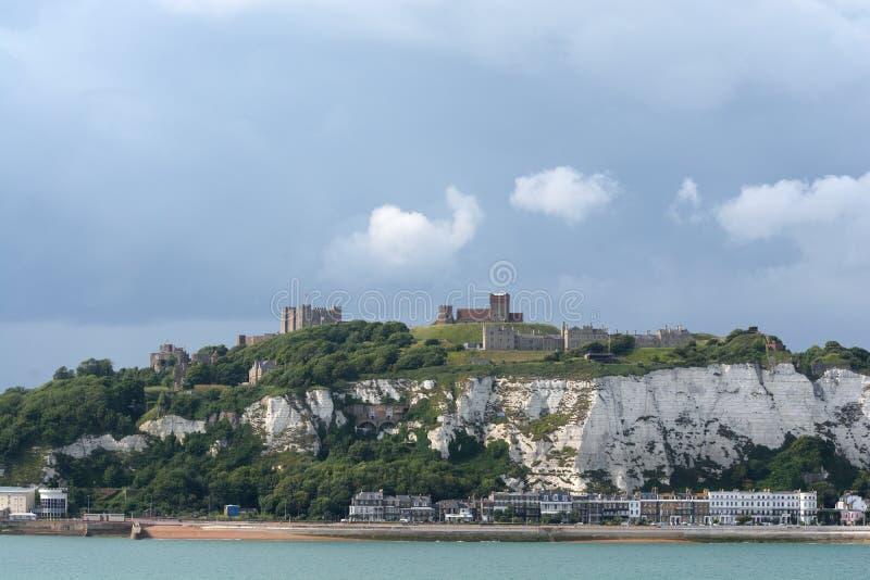 Dover Castle och de vita klipporna fotografering för bildbyråer