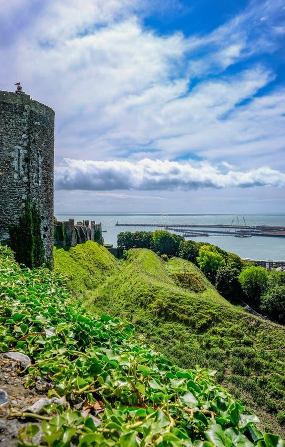Dover Castle Dover, UK - Augusti 18, 2017: Sidosikt längs cet royaltyfria bilder