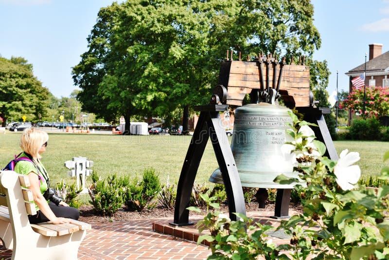 Dover delaware USA för frihetklocka besökare på bänk arkivfoton