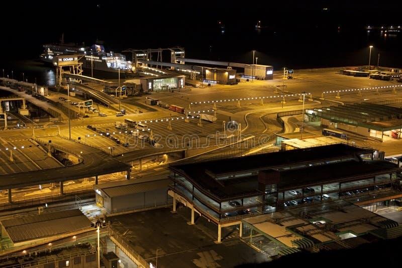 Dover/England - Juni 11, 2011: Sistfärjor som lämnar Dover på natten arkivbild