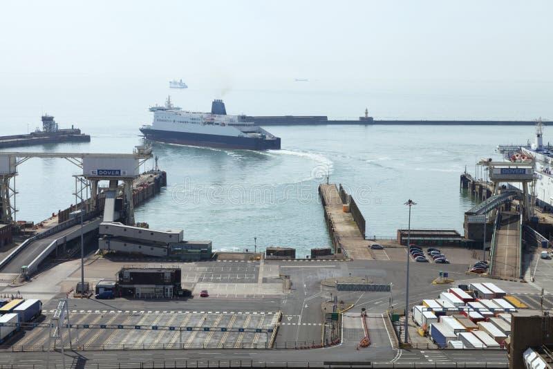 Dover-Fährhafen mit den LKWs, die zu Kanal erwarten lizenzfreies stockfoto